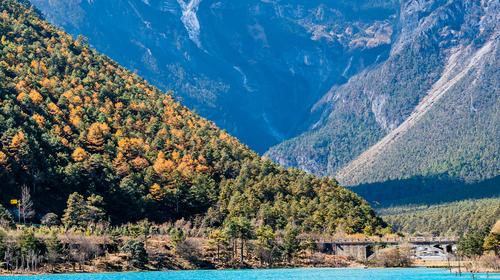 中国云南丽江玉龙雪山蓝月谷湖泊风光