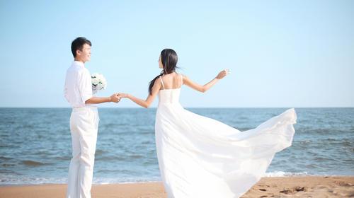 海边浪漫婚纱情侣