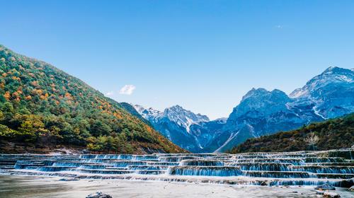 中国云南丽江玉龙雪山蓝月谷白水台瀑布风光