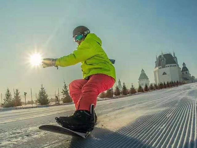 <中国哈尔滨呼兰河口冰雪乐园滑雪戏雪一日游>往返大巴 滑雪不限时 包含雪具 15种戏雪娱乐
